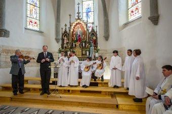 Ministráló fiatalok énekelnek a csíksomlyói plébániatemplom kórusában
