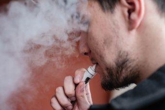 Vészesen sok a dohányzó fiatal – Szakértők óva intik a kamaszokat az elektromos cigarettáktól, ízesített termékektől is