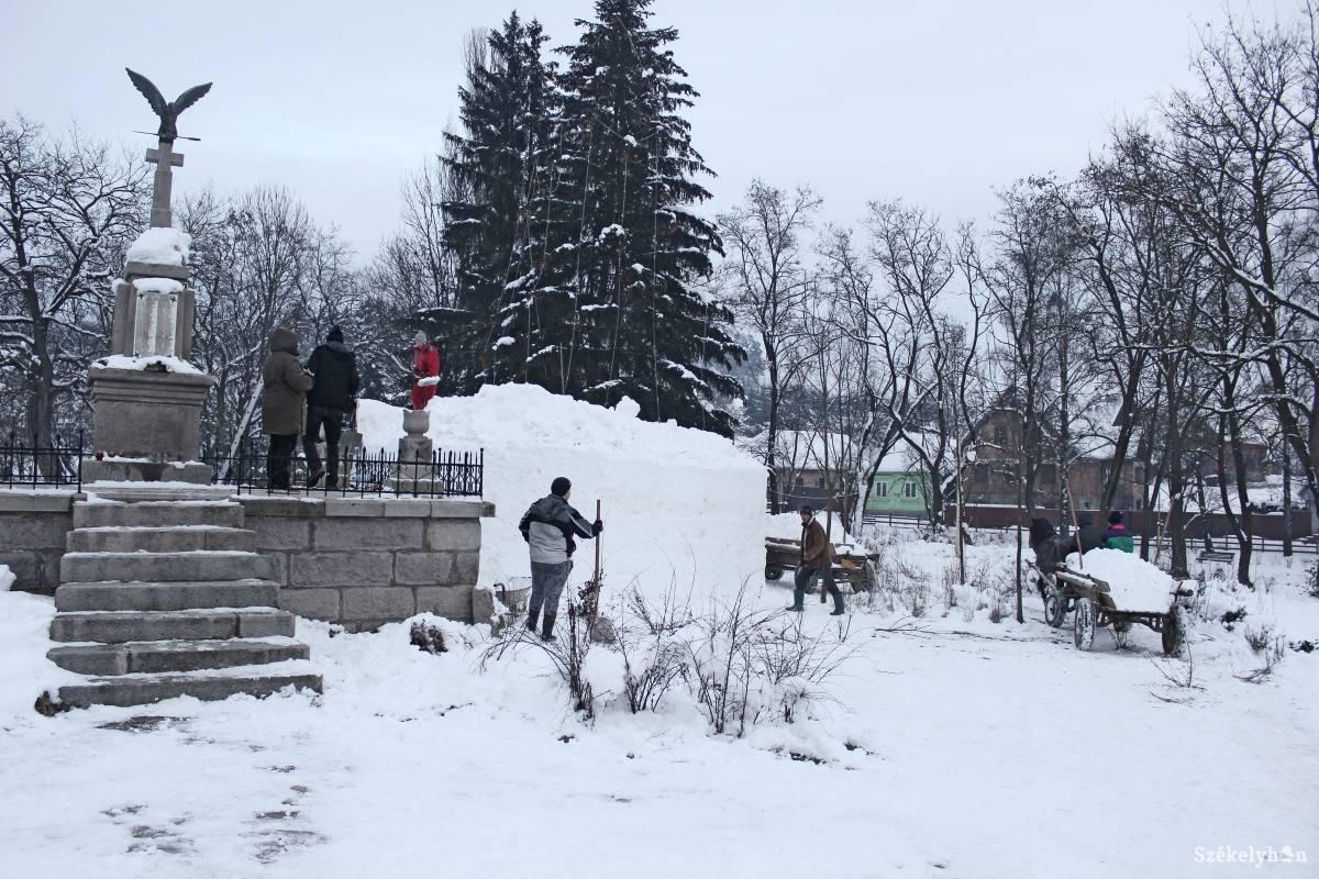 https://media.szekelyhon.ro/pictures/csik/aktualis/2018/12_januar/o_oriashoember-bankfalvan-zoard03.jpg