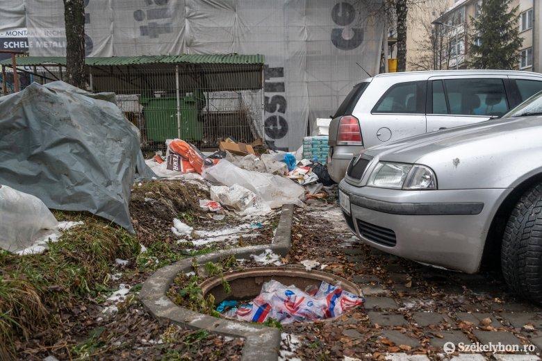 Szemétbe fulladt hőszigetelés: hulladék lepi el a tömbház környékét