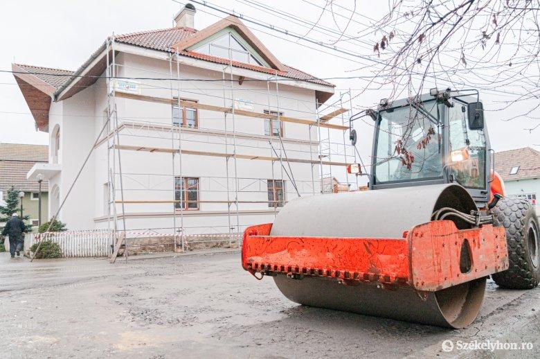 Konzervatív, új külsőt kapott a csíkmadarasi községháza épülete