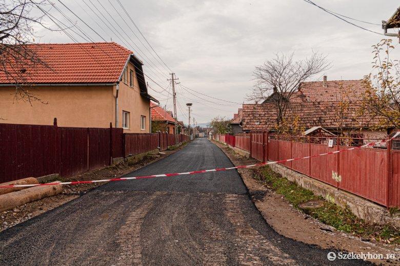 Elkezdődött a csíkcsicsói községi utak korszerűsítése