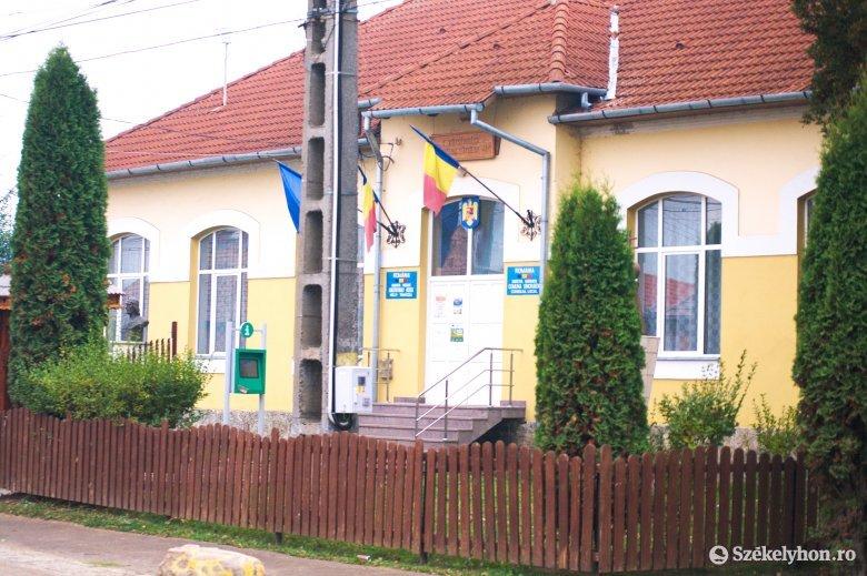 Nem perelnek a Községházáért, Tanasă felszólítására eltávolítják a feliratokat