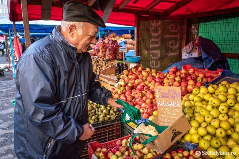 Alternatíva a csíkszeredai zöldségpiacon: műanyag zacskók helyett vászonszatyrok