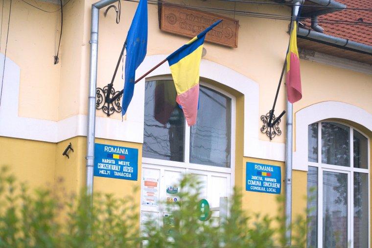 Letesztelték a bíróságokat, hogyan viszonyulnak a román vidékek zászlós hiányosságaihoz