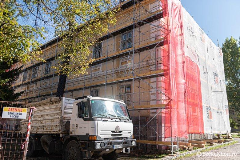 Javításokat végeznek a több mint 160 éves csíksomlyói, kórházként használt épületen