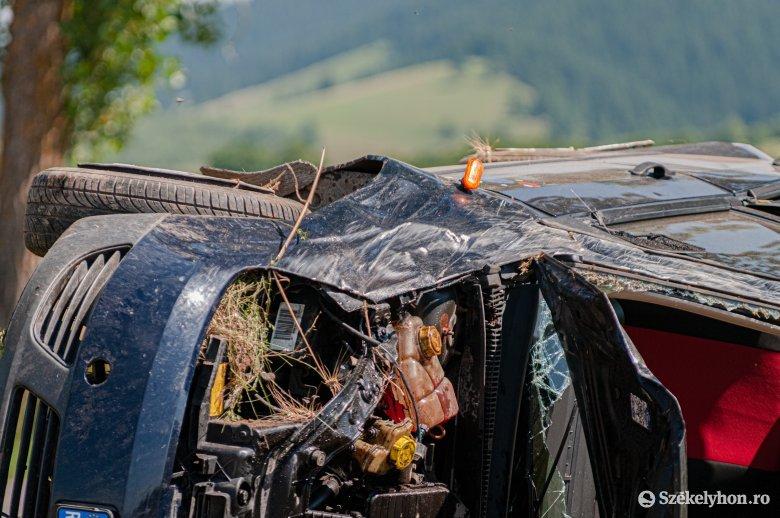 Felborult egy autó Gyimesfelsőloknál, feszítővágóval mentették ki a sérültet