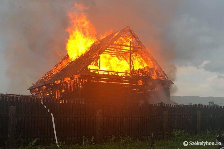 Két alcsíki helyszínen is tűz pusztított