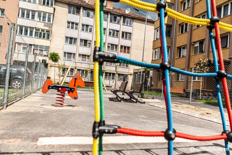 Koponyatörést szenvedett egy vajdahunyadi gyermek, miután egy férfi a földhöz vágta a játszótéren