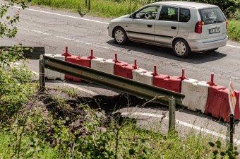 Újabb áteresz szakadt be az országúton, fokozott a balesetveszély