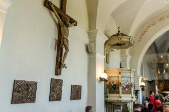 Megáldották a keresztúti állomások bronz domborműveit a csíkzsögödi templomban