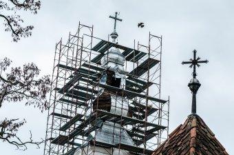 Újrabádogozzák a szépvízi örmény templom tornyát