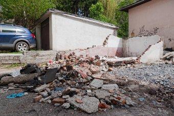 A téglából, betonból készült garázsokat is le kell bontani