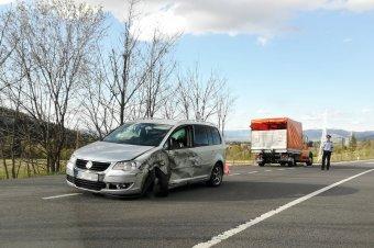 Elfolyt a teherautó üzemanyaga az ütközés után