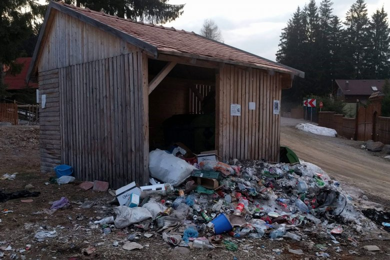 Hegyekben áll a háztartási szemét a büdösfürdői hulladéktárolók környékén