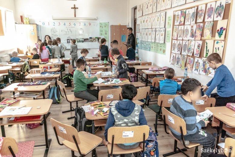 Máshol kettő, nálunk egy: kevesebb pedagógus foglalkozik a kisiskolásokkal Romániában