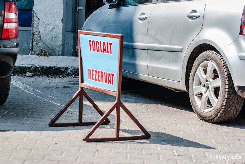 Ügyfeleknek fenntartott parkolóhely – de jogosan?