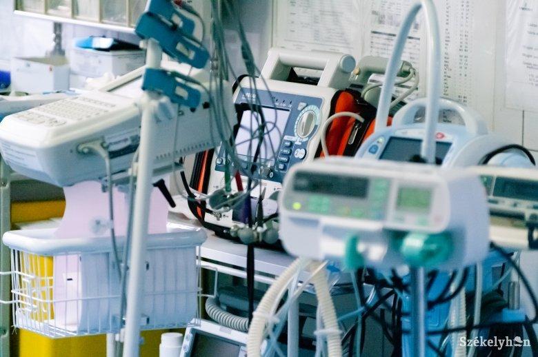 Bezárják a vendéglőket, kávézókat, az orvostanhallgatókat is beosztják a kórházakba