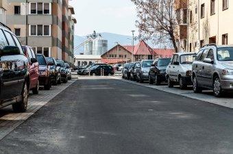 Káosz és kínlódás: több ezerrel alacsonyabb a parkolóhelyek száma a járművekénél