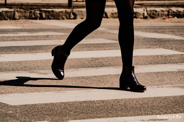 Gyalogátkelőn gázoltak el egy nőt