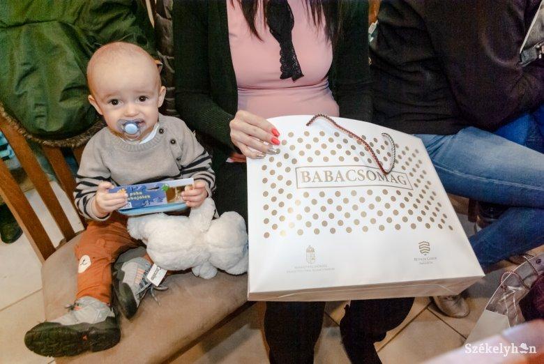 Átadták az első babacsomagokat a kisgyermekes családoknak