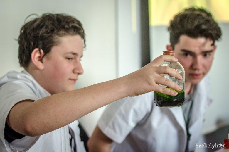 A kísérletezés öröme hajtja a Laborkukac Diákvetélkedő résztvevőit