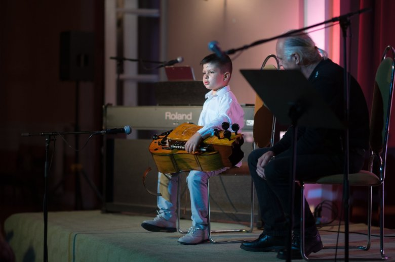Dél-alföldi tekerőmuzsikát hoz Székelyföldre egy kisfiú