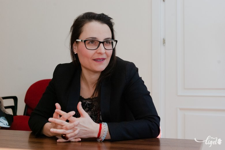 Gyökerek ápolása a zenén keresztül: erdélyi tehetségeket gondozna Fejes Krisztina