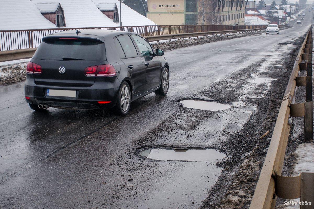 https://media.szekelyhon.ro/pictures/csik/aktualis/2019/12_januar/02/o_krater-a-vasuti-feluljaron-pnt-9.jpg