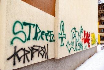 Környezetbarát módszerrel távolítják el a falfirkákat Kolozsváron