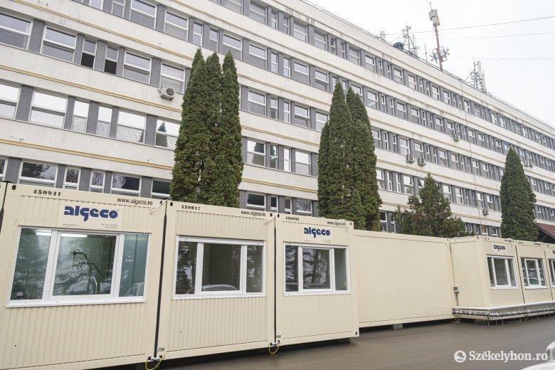 Konténerkórházat állítottak fel a csíkszeredai kórház udvarán