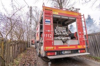 Lángoló épületekhez, közúti balesethez, közlekedésre veszélyes faágakhoz is kivonultak a tűzoltók