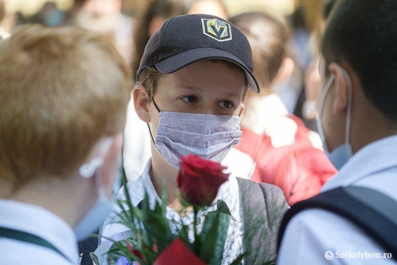Többfelé tüntettek az iskolai maszkviselés ellen