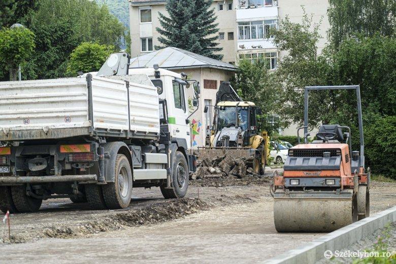 Nyári útkarbantartás: parkolókat építenek, aszfaltoznak Csíkszeredában