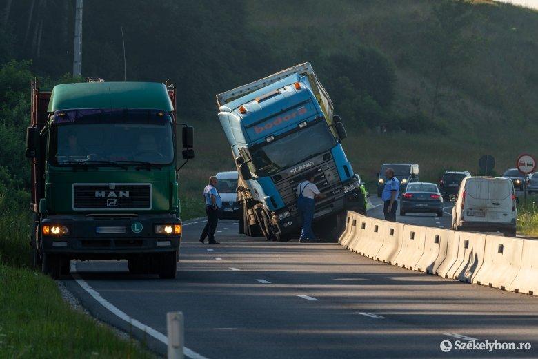 A betonfalon állt meg a teherautó