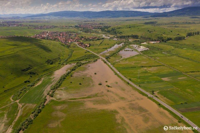 Mezőgazdasági területeket árasztott el a megáradt Olt Felcsíkon