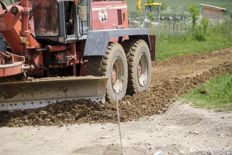 A községi utak 95 százalékát hamarosan aszfaltburkolat borítja Csíkkozmáson