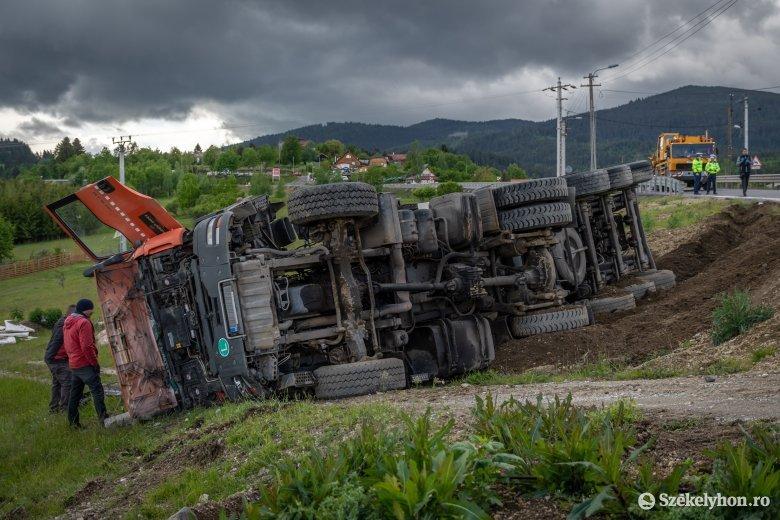 Rendőrautótól ijedhetett meg a Csíkszereda határában felborult teherautó vezetője