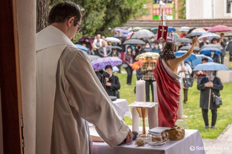 Fokozatosan térnek át az erdélyi magyar egyházak a szabadtéri misékre, istentiszteletekre