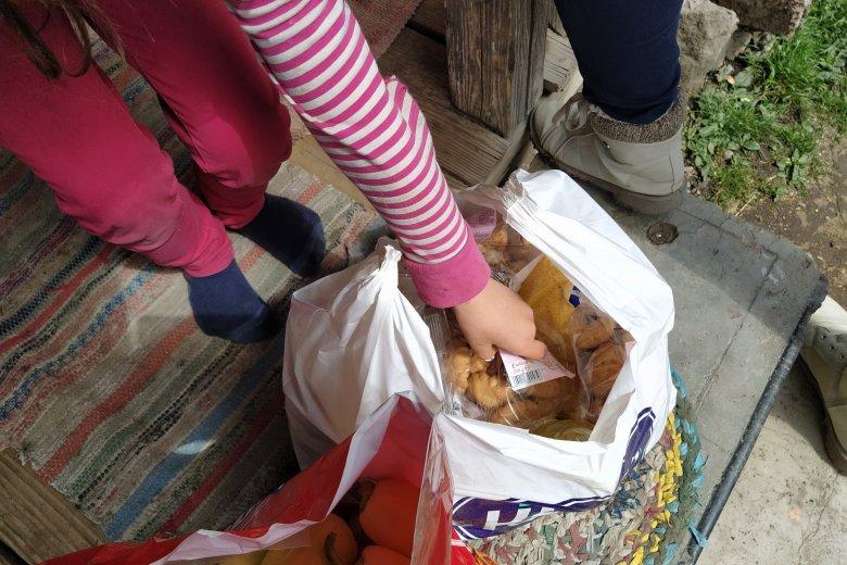 Húsvét után is csomagokat osztott szét a nehéz sorsú családok között a Juventutti Alapítvány