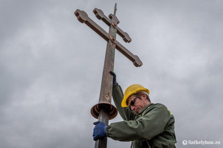 Új kettős kereszt került a csíkszentmihályi templom tornyára