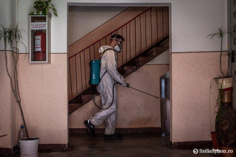 Csíkszereda összes lépcsőházát fertőtlenítik, kézfertőtlenítő-adagolókat helyeznek ki
