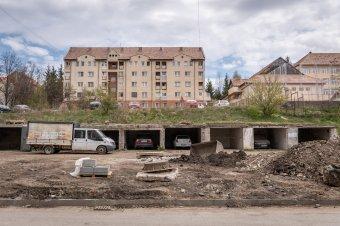 """Emeletes parkolóház helyett """"sima"""" parkolót építenek a Kalász lakótelepen"""