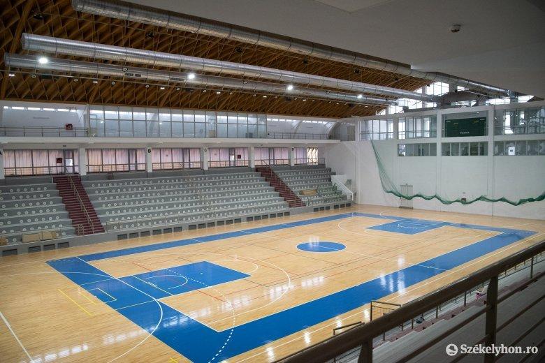 Nem próbálhatták ki a felújított sportcsarnokot a csíki kosarasok