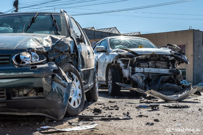 Egymásba csapódtak az autók