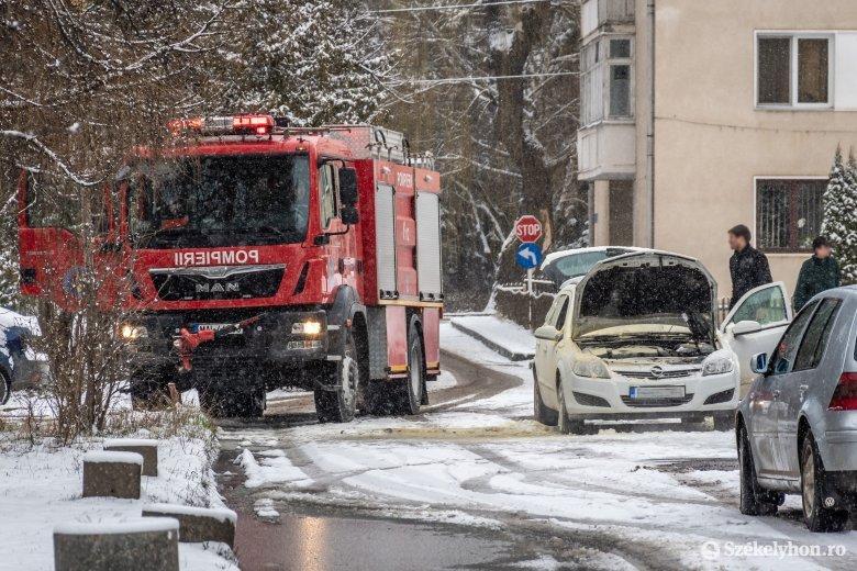 Rövidzárlat miatt gyulladt ki egy autó a jégpálya mellett