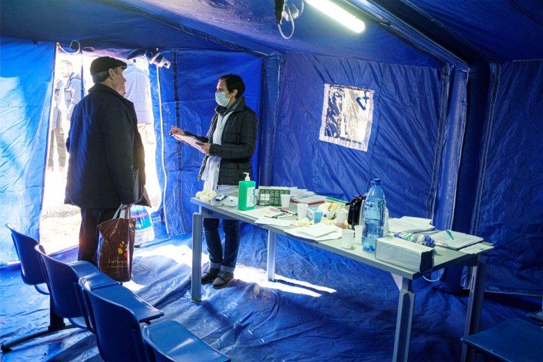 Katonaorvos-hallgatók segítenek a közegészségügyi igazgatóság munkatársainak Maros megyében