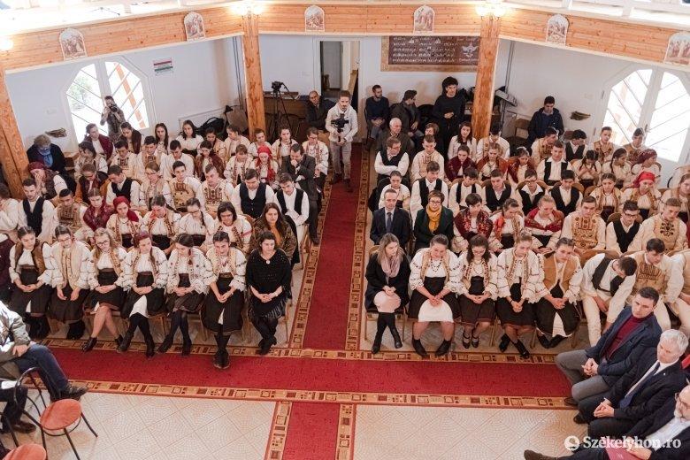 Gyimesfelsőlokon átadták a felújított Árpád-házi Szent Erzsébet katolikus iskolát