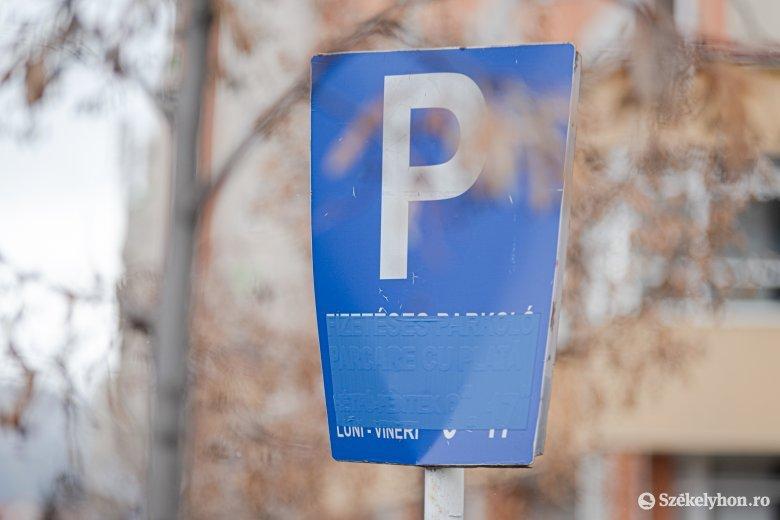"""Kézdivásárhelyi parkolóban """"végzik el szükségleteiket"""" a karanténba igyekvő átutazók"""