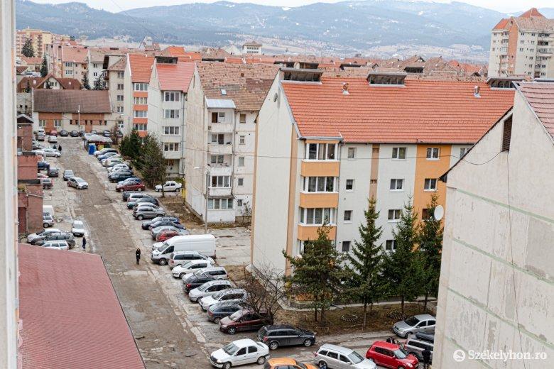 Akár egy évvel is késleltetheti a halogatás a zsúfolt lakótelep felújítását